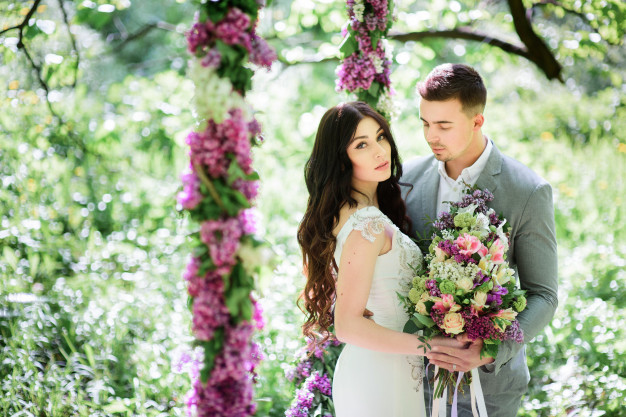 bride-groom-pose-large-circle-lilac-garden_8353-1248